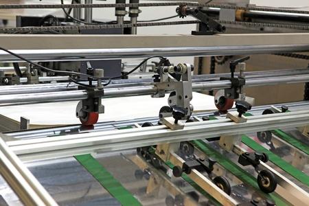offsetdruck: Ein Teil der Maschine Offsetdruck - Papier gibt in dem Mechanismus