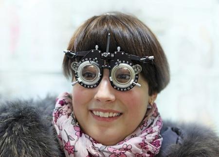 examen de la vista: Prueba de examen de una chica joven en una clínica óptica Foto de archivo