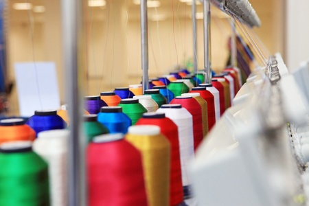 industria textil: Cono con temas cercanos a los mecanismos de la f�brica textil Foto de archivo