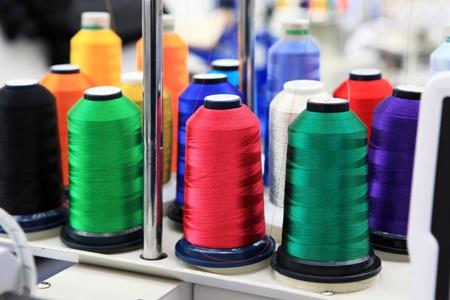 Cone mit Fäden in der Nähe Textilfabrik Mechanismen Standard-Bild - 12760338