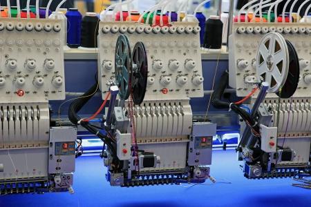 industria tessile: dispositivi speciali per un ricamo di massa di disegni su un tessuto
