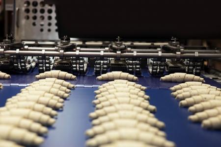 biscuits de production en usine sur la ligne de transfert automatique technologique Banque d'images