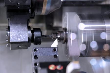 La máquina para el tratamiento de los datos a partir de metal en el trabajo