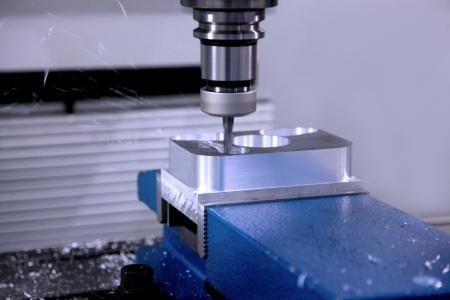 La machine pour le traitement des détails en métal dans le travail