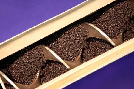 Le mécanisme d'avancement à vis de granulés de matière plastique dans la machine