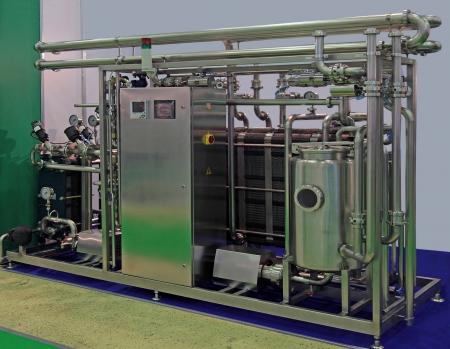 industria alimentaria: El equipo para la pasteurizaci�n de la producci�n lechera Foto de archivo