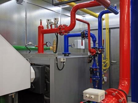 Intérieur de Boiler Room indépendante avec manomètres, vannes, canalisations Banque d'images