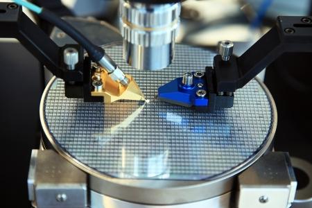 규소: 실리콘 웨이퍼 상에 미세 회로의 제작을위한 제어 장치 스톡 사진