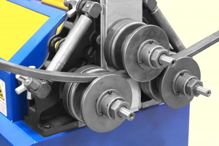 Machine spéciale pour le pliage des tuyaux carrés Banque d'images