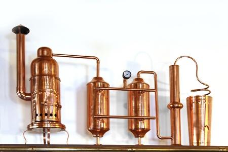distillation: Alambique de cobre - Aparato de destilaci�n empleado para la destilaci�n de alcohol Modelo peque�o