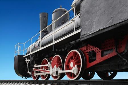 locomotora: Antigua locomotora de vapor contra el cielo azul