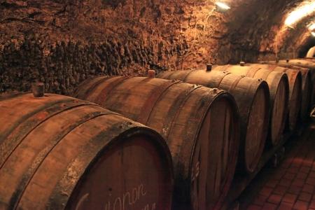 ワインの樽、ワイナリーの古いセラーで積み上げ。