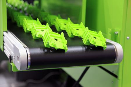 Les pièces en plastique sont servis de la machine d'injection automatique