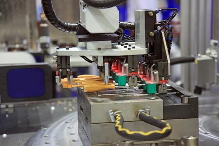 플라스틱 수지 및 중합체를 사용하여 플라스틱 부품의 형성에 사용되는 사출 성형 기계. 스톡 콘텐츠