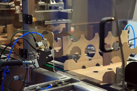 Ligne automatisée pour la fabrication de boîtes en carton pour crème sure Banque d'images