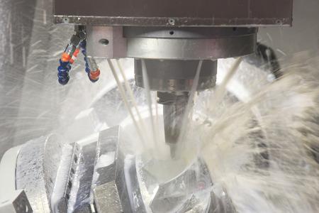 Broyeur vertical coupant le flan de tôle avec un liquide de refroidissement