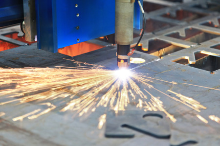 Découpe laser de tôle avec des étincelles Banque d'images
