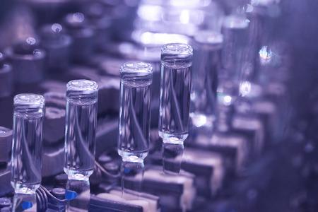 equipos medicos: producción de medicamentos en ampollas en líneas automáticas Foto de archivo