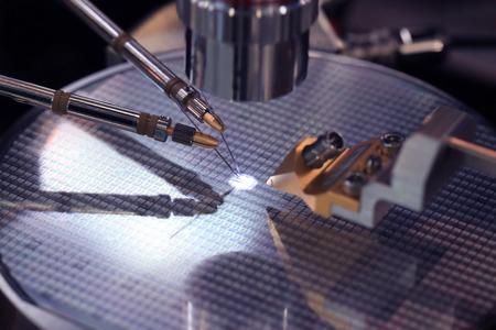 Dispositif pour le contrôle de la fabrication de microstructures sur une plaquette de silicium