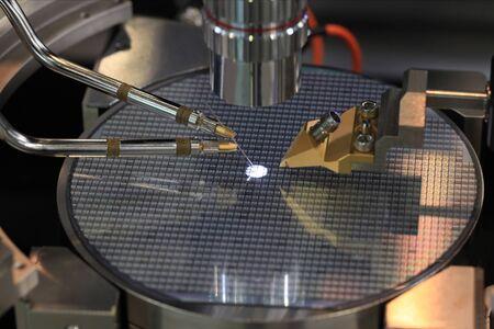 Dispositif de contrôle de la fabrication de microcircuits sur une tranche de silicium Banque d'images - 39249568