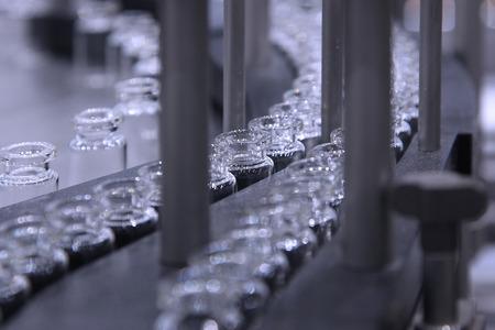industrie pharmaceutique. Ligne convoyeur de la machine pour le conditionnement des bouteilles en verre ampoules dans des boîtes à l'usine de la pharmacie