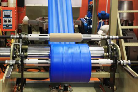 Extrusora de polietileno para el proceso de producción de bolsas de plástico Foto de archivo