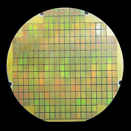 silicio: oblea de silicio con las virutas aisladas sobre fondo negro Foto de archivo