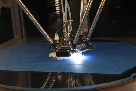 Detail von 3D-Drucker mit einem Plastikstück Druck