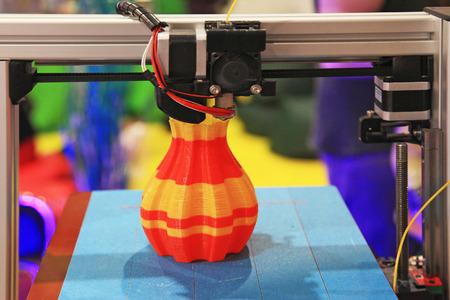 imprenta: detalle de la impresora 3d impresión de una pieza de plástico Foto de archivo