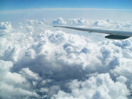 plan éloigné: aéronefs à voilure dans le ciel au-dessus de la terre Banque d'images