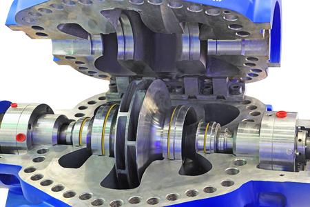 工業用高圧ポンプの供給は、メンテナンスおよび修理のためオープン準備。白い背景上に分離。 写真素材
