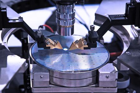 Dispositivo para el control de la fabricación de microcircuitos sobre una oblea de silicio