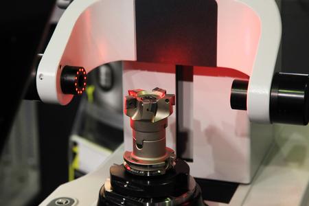 Contrôle de la fraise sur l'appareil de mesure laser