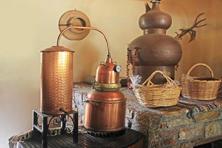 Alambicco in rame. Un apparato di distillazione utilizzato per la produzione di alcol, oli essenziali e chiaro di luna. Archivio Fotografico