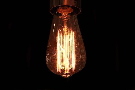 Lampade ad incandescenza in stile retrò. Lampadina al buio.