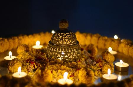 ディワリ祭の中に伝統的なインドの陶製のランプ 写真素材