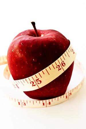 Close-up ein Bandmaß um einen Apfel