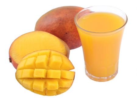 verre de jus d orange: Mango et un verre de jus de mangue isol�s sur un fond blanc Banque d'images