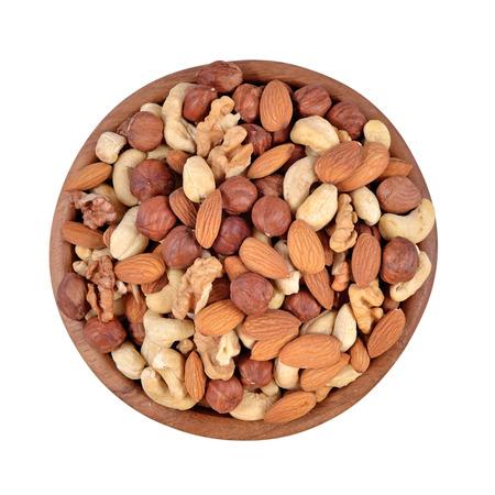 Geassorteerde noten in een houten kom geïsoleerd op een witte achtergrond Stockfoto