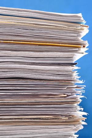 Stapel papieren tegen een blauwe achtergrond Stockfoto