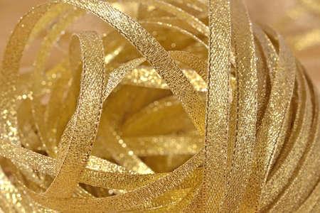 moños navideños: Cintas de oro close up enfoque selectivo