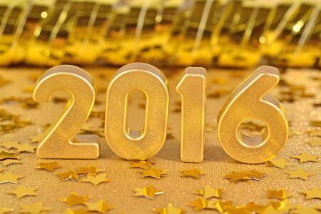 2016 jaar gouden figuren op de achtergrond van gouden sterren. Selectieve focus.