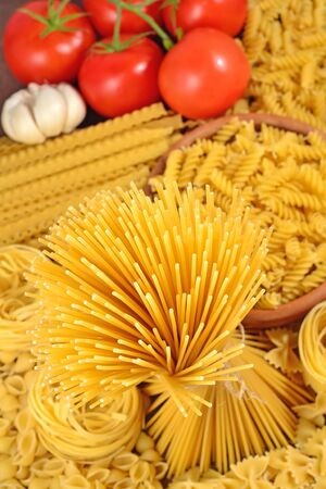 mee: Uncooked Italian pasta, ripe tomatoes branch and garlic