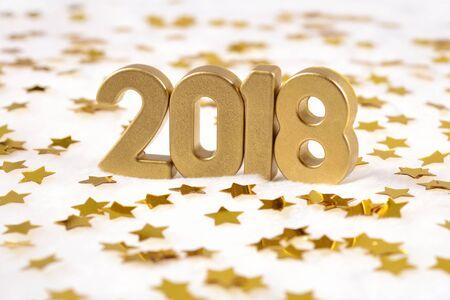2018 jaar gouden cijfers en gouden sterren op een witte achtergrond