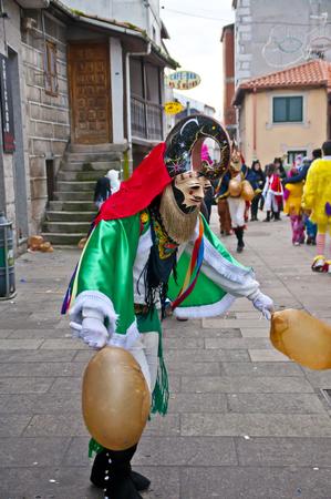 Carnaval de la ville galicienne d'Ourense xinzo dans leurs robes typiques