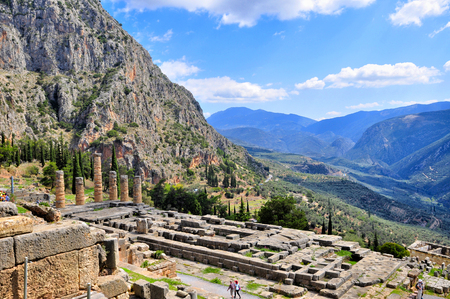 delfi: Ancient ruins of delphi in greece on a sunny day