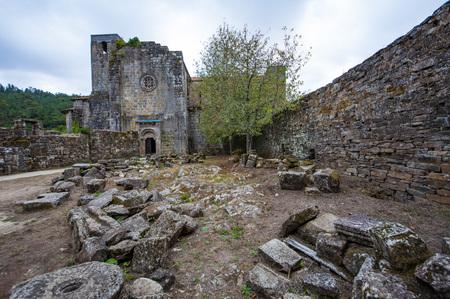 Het klooster van St. Lawrence in Carboeiro is een voormalig Benedictijnenklooster in ruïnes in Galicië, Spanje Stockfoto