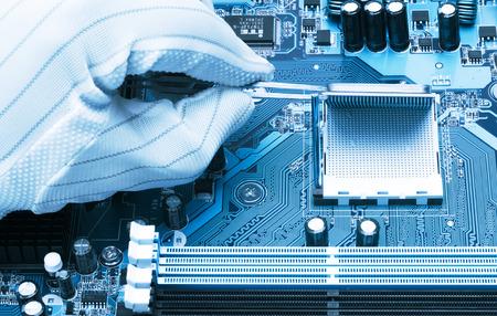 マザーボードの CPU ソケットの近代的なプロセッサのインストール 写真素材
