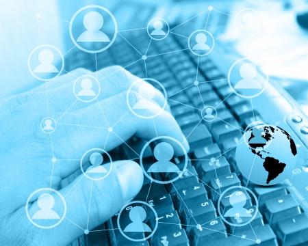 Abstrakte Komposition mit dem Bild von einem Computer-Tastatur der menschlichen Hand symbolisiert Menschen auf der ganzen Welt durch das internationale Netzwerk des Internets.