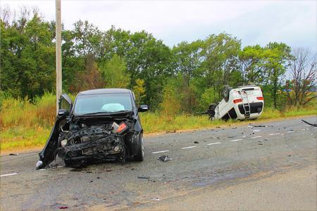 Verkeersongeval waarbij twee voertuigen op de weg.
